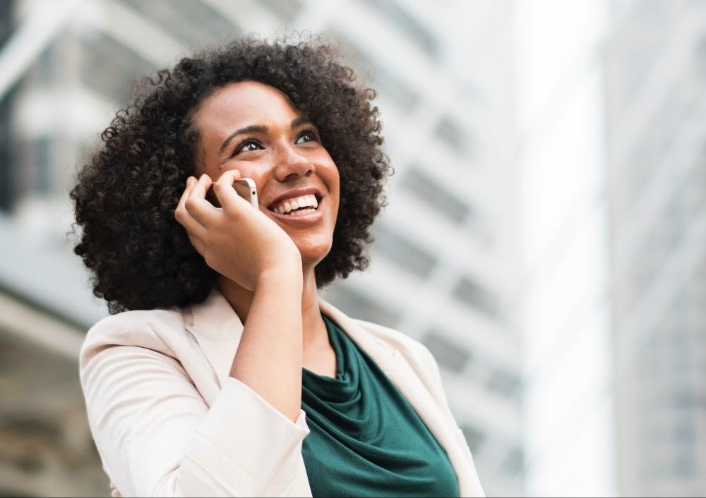 Kvinde der taler med sine kunder i telefonen med hjælp fra BALA modellen