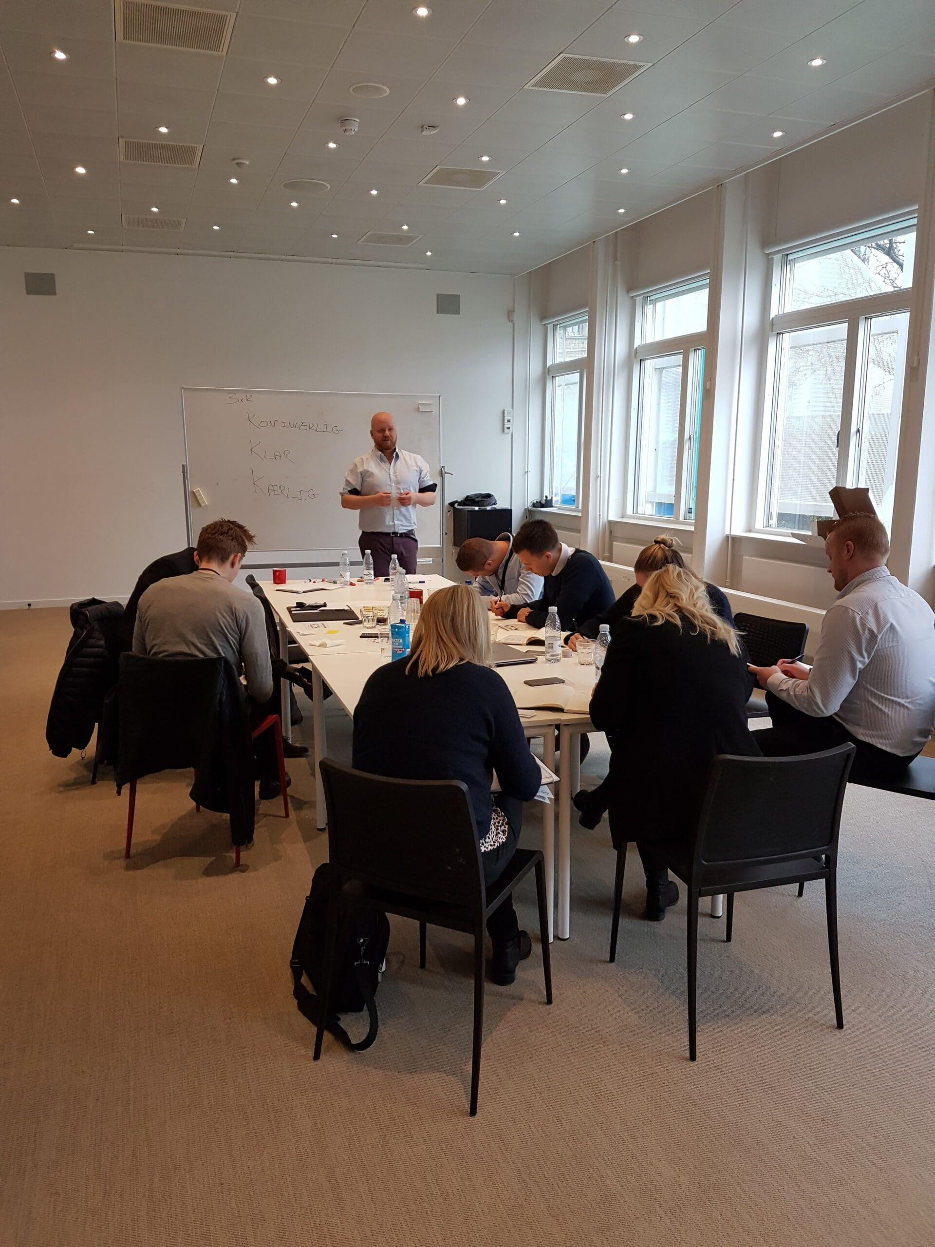 Jacob Kjellerup underviser en workshop i kundeservice