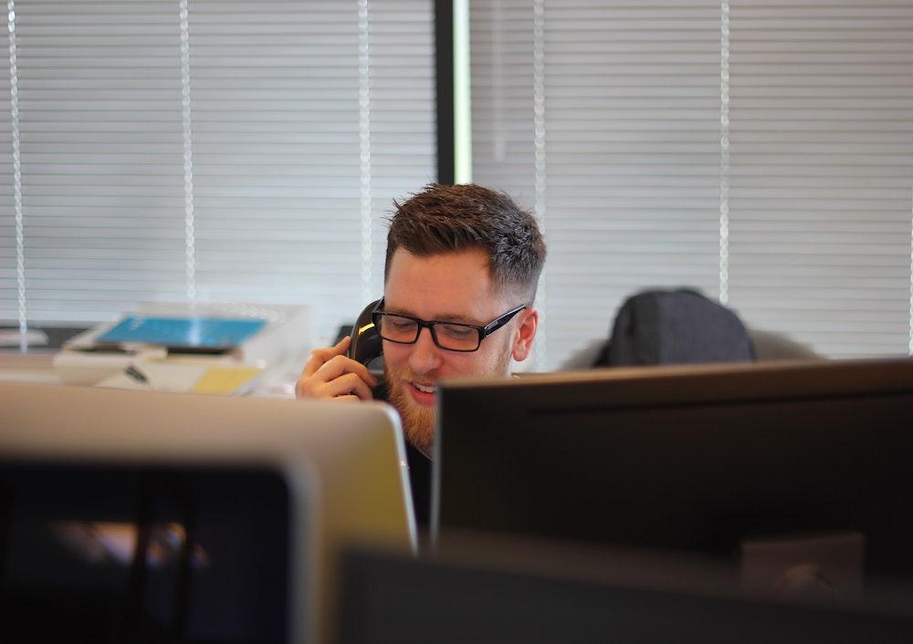 mand der giver god service på telefonen med BALA modellen